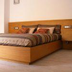 llit amb capsalera de contraxapat de iroko